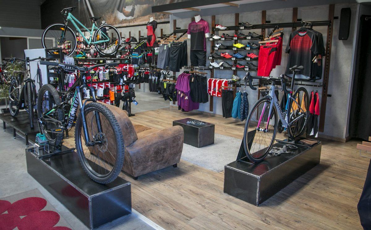 Vue d'ensemble du rayon vêtements pour vélo